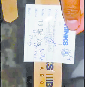 Hallan cientos de cintillos de dinero en basural de El Alto